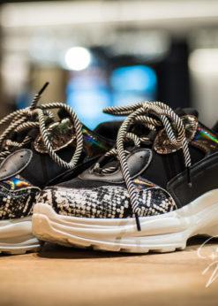 zwarte sneaker met witte zool- dierenprint