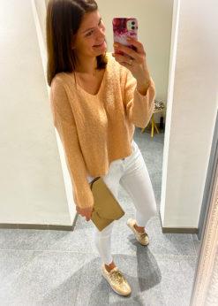 Deze roze trui is onesize en is een korter model, perfect om bij alles te combineren