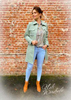 Military jacket is een pastelgroene jas met riem.