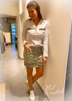 Wit hemdje met detail , gecentreerd model