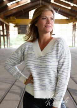 Wit - lichtgrijze trui met strepen