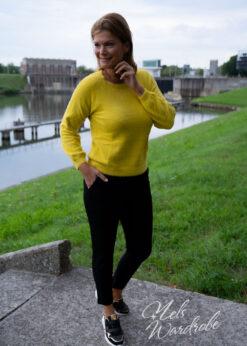 Gele trui - knopen achteraan