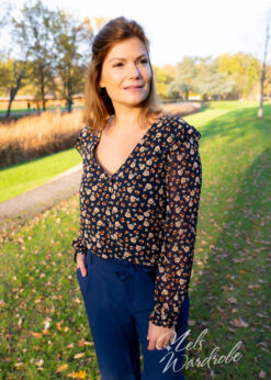 donkerblauwe blouse met flower print