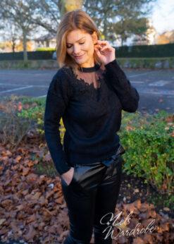 Zwarte soft trui met kant